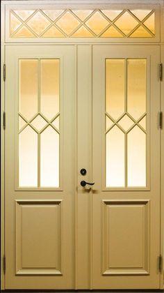 se Dannebrogsagtig yderdør med rude i de øverste felter og ovenover døren House Design, Door Gate Design, Windows And Doors, House Exterior, Front Door, Exterior Doors, Room Divider Doors, Classic House, Door Color