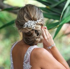 Hand-made with an intricate array of crystals and ivort pearl beading, this hand-painted silver leaf hair accessory is beautiful and captiva
