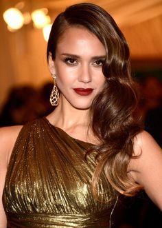 El pelo largo,suelto peinado a un lado ,da un aspecto bonito y moderno  que llevan muchas mujeres.Es un estilo sexy y sensual  que luce bien...