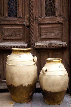 Vases, Tlaquepaque, Jalisco, México by Ute Hagen Vases, Olive Jar, Porte Cochere, Clay Pots, Ceramic Pottery, Glazed Pottery, Ceramic Pots, Pottery Art, Crock