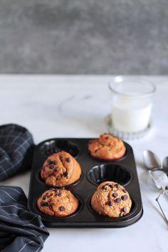 Με λίγα υλικά, χωρίς βούτυρο και ζάχαρη, αυτά τα υγιεινά μάφινς με μπανάνα είναι ιδανικά για το ξεκίνημα της ημέρας ή για ένα δυναμωτικό σνακ. Muffins, The One, Food And Drink, Cookies, Breakfast, Desserts, Food Ideas, Gastronomia, Crack Crackers
