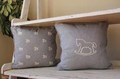 Almohadón caballito mecedor color gris melange claro bordado a mano con lana color hueso  Medidas 40x40