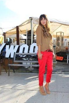 Tenue: Chemisier boutonné brun clair, Pantalon chino rouge, Escarpins en daim bruns clairs, Ceinture en cuir brune foncée