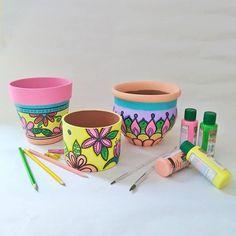 Como niñ@ con juguete nuevo... Chocha como  con dos colas... Así estoy con mis colores nuevos. . Ni bien los tuve salí corriendo a pintar todo lo que me dió el tiempo en unas horas . . Mucho color en estos meses veraniegos y mucha alegría para adornar tus rincones  . Que te parece la nueva paleta? . Así arrancamos el lunes  . . . . . . #floresdealmendro #macetaspintadasamano #macetaspintadas #jardines #decoracion #decoracion #buenaenergia #buenavibra #hechoamano #pintadoamano #lunes #colores Painted Plant Pots, Painted Flower Pots, Pots D'argile, Clay Pots, Flower Pot Crafts, Clay Pot Crafts, Ceramic Painting, Painting On Wood, Pottery Pots