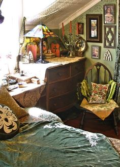 love the decoration! especially those little Pre-Raphaelite pictures on the wall...