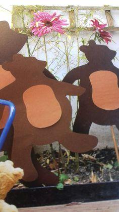 Beren uit stevig bruin karton, voor een feestje kan je op elke beer de naam zetten van een gast.