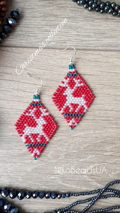 Red, white and green Christmas earrings with reindeer Christmas Deer, Halloween Christmas, Green Christmas, Christmas Earrings, Christmas Jewelry, Bead Jewelry, Jewelry Making, Tear, Beaded Earrings