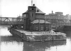1956 Ost-Berlin - Mitte, Mühlendammschleuse mit Schleusenwärterhaus und Behelfsbrücke von 1946 (Bundesarchiv Bild 183-40675-0001)