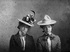 Photograph of Bess Wallace and Mary Paxton, 1901