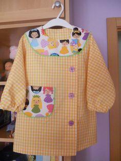 A ratitos perdidos: Bata Escolar Cute Kids Fashion, Little Girl Fashion, Sewing For Kids, Baby Sewing, Baby Girl Dresses, Baby Dress, Girls Frock Design, Lab Coats, Corset Pattern