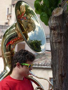 """El helicon es un instrumento musical de bronce en la familia de la tuba. Su nombre procede del grigo helikos, que significa """"sinuoso"""". Con esto ya podemos imaginarnos como de especial es este curioso instrumento musical.   #sousaphone #tuba"""