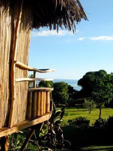 Vanira Lodge, colourful B in Teahupoo in Tahiti