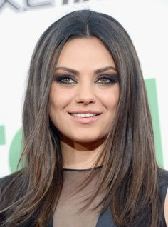 Mila Kunis Smoky Eye Makeup Tutorial - Ready to break some hearts? Check out this Mila Kunis smoky eye makeup tutorial and have fun trying a mysterious and incredibly glamorous look for maximum impact! Spring Hairstyles, Pretty Hairstyles, Mila Kunis Haar, Bride Makeup, Hair Makeup, Makeup Tips, Smoky Eye Makeup Tutorial, Celebrity Makeup, New Hair Colors