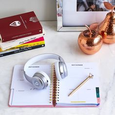 "2,350 curtidas, 9 comentários - Indigo (@chaptersindigo) no Instagram: ""Organized and tastefully decorated, the right desk space can help you stay on-task and motivated!…"""