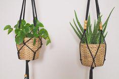 Simple Makramé jersey yarn hanging basket {DIY} - Home Decorations Diy Hanging, Hanging Baskets, Pot Hanger, Macrame Plant Hangers, Macrame Projects, Mason Jar Crafts, Plant Decor, Flower Pots, Diy And Crafts