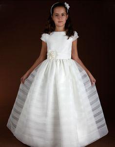 Bonito vestido de comunión clásico. Se puede confeccionar en blanco, beige o beige oscuro.Lleva una diadema floreada como complemento.
