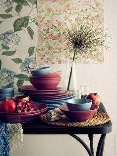 Med inspiration från exotiska platser och heta lata dagar dukar vi upp med FORSLA. Härliga färger, vacker glasyr och underbar tyngd har porslinsserien som består av skålar, tallrikar och serveringsfat.