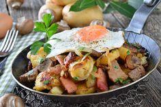 Dieser Hausmannskostklassiker ist ein herzhaftes Rezept mit Rindfleisch, Kartoffeln, Zwiebeln und Spiegeleiern. Lassen Sie es sich schmecken.