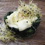 Uova al tegamino con spinaci e germogli alfa alfa