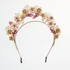 tocado de metal Bridal Headdress, Floral Headpiece, Headpiece Wedding, Bridal Headpieces, Fascinators, Bow Accessories, Bridal Hair Accessories, Bride Belt, Diy Tiara