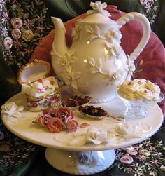 Cute Victorian Tea Pot Display. This would make anyone want to have tea.