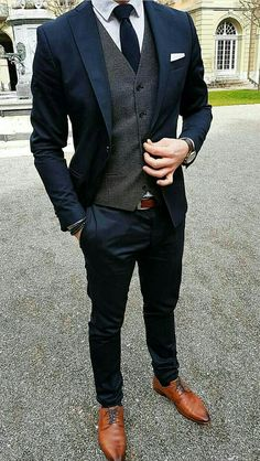 Brighten up you dark menswear suits with a classic white pocket square. Brighten up you dark menswear suits with a classic white pocket square. Mode Masculine, Navy Groomsmen, Navy Bridesmaids, White Pocket Square, Pocket Squares, Mode Costume, Look Man, Elegantes Outfit, Fashion Mode