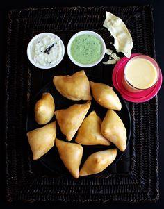 Samosas, Indiens beliebtester Streedfood-Snack, lassen sich ganz leicht selbst zubereiten. In folgendem Rezept werden sie im Ofen gebacken.