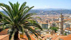 Die Welt trifft sich unter den Palmen.Die Hafenstadt Nizza ist bekannt für ihre glamourösen Besucher aus aller Welt. Menschen mit Rang und Namen reisen nach Nizza, um das luxuriöse Mittelmeerleben zu genießen. Doch auch der Normalbürger findet in Nizza ein Urlaubsparadies. Die Stadt ist bekannt für sein mildes Klima, weite Strände und eine üppige Vegetation. Den französischen Lebensstil spürt man besonders auf dem Markt Cours Saleya – dort werden Spezialitäten der Region, wie beispielsweise…