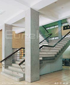 2006《久違了,王大閎先生!》建築回顧展 慶齡工業中心樓梯 這座樓梯有什麼特別?請看扶手下方的欄杆,還有欄杆與扶手連接處的斜角,再看到第一階兩邊的斜角;有機會經過台北市基隆路台科大對面的這棟建築時,看到外觀便可以知道王大閎設計的每一座樓梯都跟建築物相關連、每一座樓梯都是相當獨特。