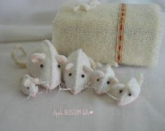 Mice families are something that I'm always making since I made one for my daughters many years ago! They are adorable!  These mice are wonderful companions for children who will endlessly play, make up stories, etc. Parents or teachers can also use them for story telling or to display them in the nature or seasonal table.  They are normally a family of five, 2 big ones and 3 little ones though I can increase or decrease the family as you like. The sizes are: 5cm (2inches), 4.5cm (1 and a…