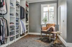 Förvaring – 10 walk in closets att inspireras av Walking Closet, Walk In Closet Diy, Walk In Wardrobe, Decoration Wc Originale, Girl Cave, Closet Remodel, Helsingborg, Uppsala, Closet Space
