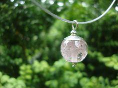 As in transparant glas, afgewerkt met Sterling zilveren kralenkapjes. een tastbare herinnering voor altijd.