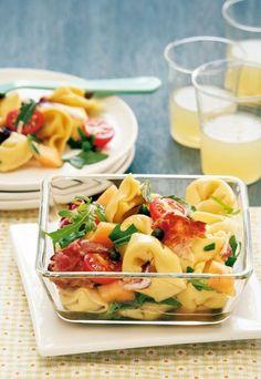Tortellini-Salat   Zutaten (für 4 Portionen) :  300–400 g frische Tortellini mit Käsefüllung (aus dem Kühlregal) 1 Schalotte 50 g Frühstücksspeck (Bacon)  3 EL Olivenöl 150 ml Gemüsebrühe 3–4 EL Weißweinessig 1 TL flüssiger Honig Salz frisch gemahlener Pfeffer 2 EL Kapern (aus dem Glas)  50 g Rucola (Rauke) 1 kleiner Radicchio 100 g Cocktailtomaten ¼ Zuckermelone, z. B. Galiamelone