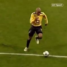 football videos Creativity, power, and grace. Thierry Henry was an artist on the football field. Hail to the king. Funny Football Videos, Funny Soccer Memes, Football Gif, Arsenal Football, World Football, Sport Football, Football Field, Soccer Humor, Funny Sports