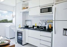 Porta de correr separando a área de serviço da cozinha.  Boa ideia!