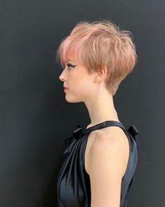 We're absolutely obsessed with this summery pink and blonde rounded pixie cut that Anh showcased for the Anniversary L'Oreal Professionnel show in Paris recently. Long Pixie Hairstyles, Facial, Celebrity Hair Stylist, Pixies, Pixie Cut, Loreal, Short Hair Styles, Hair Cuts, Celebrities