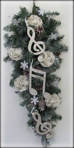 Glittler, sparkle, music, Christmas. Thye all go so perfectly together as Sparkly Musical Ornaments #piano #seasonal #decor