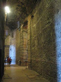 In het gigantische overdekte gedeelte, dat via allerlei opgangen leidt naar de zitplaatsen, zie je pas hoe groot de arena is.