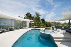 Conçu pour la détente en famille ou avec des amis, ce bel espace #piscine propose de profiter d'un bassin, d'un spa à débordement et d'un grand sofa. @vivremapiscine