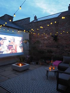Supporting Attractions For the Outdoor Cinema Support. - Supporting Attractions For the Outdoor Cinema Supporting Attractions For - Small Courtyard Gardens, Small Courtyards, Outdoor Gardens, Courtyard Ideas, Small Gardens, Outdoor Rooms, Outdoor Living, Terrazas Chill Out, Back Garden Design