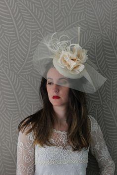 Tocado en crin con flores y plumas en crudo, tocado madrina boda, tocado grande boda, ala de pamela boda, adorno cabello novia, flores cruda de Lolacoqueta en Etsy