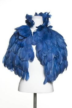 Edward Molyneux rooster feather cape, circa Image via Les Arts Décoratifs 1930s Fashion, Timeless Fashion, Vintage Fashion, Lolita Fashion, Molyneux, Art Conceptual, Feather Cape, Blue Feather, Style Bleu