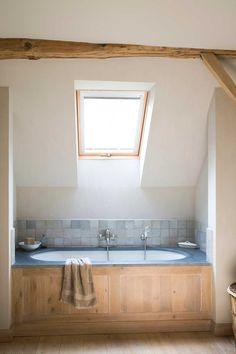 Rustic eclecticism in a farmhouse in Belgium Attic Bathroom, Bathroom Toilets, Bathroom Interior, Kitchen Interior, Modern Country Bathrooms, Belgian Style, Corner Bathtub, Key West, Rustic