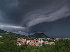 Deva, noul Mordor /via /r/romania Hurricane Pictures, Cool Pictures, Cool Photos, Morning Pictures, Sky And Clouds, Photos Of The Week, Natural World, Places To See, Scenery