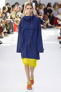 See all the looks from the show. Jelly Shoes Outfit, Sporty Chic, Fashion News, Fashion Trends, Contemporary Fashion, Mode Style, Casual Looks, Sportswear, Street Wear