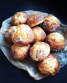Was gibt es schöneres als frisch gebackene Brötchen zum Frühstück. Wenn du auch gerne selbst gebackene Brötchen zum Frühstück magst verrate ich dir heute mein Tipps und Tricks. Am besten du bereite…