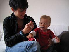 Según un estudio desarrollado por expertos de la Universidad de Montreal (Canadá), la alergia a la leche de vaca en la infancia puede provocar que los niños tengan menor densidad ósea en comparación con otros niños que sufren alergias alimentarias a otros alimentos. En cierto modo puede tener sentido, al sufrir alergia a la leche de vaca y sus derivados, se elimina de la dieta una fuente importante de calcio, por lo que es necesario que los niños tomen, o bien alimentos que aporten calcio…