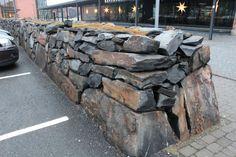 Kiviaidan päädyn rakenne näkyy hienosti Joensuun yliopiston kivimuurissa. Kivenä Viinijärven Kiven luonnonpintainen muurikivi, alas on valittu normaalia suurempia kappaleita.