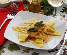 Piatto tradizionale lombardo, che prevede una pasta tirata sottilissima e richiusa a forma di mezzaluna o fazzoletto, ripiena e condita in modo semplice.