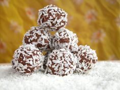These peanut butter bliss balls and coconut and cacao balls are so amazing! They're healthy and the perfect snack next time you want something sweet. Kosher Recipes, Cooking Recipes, Kosher Food, Barre Energie, Protein Bites, Energy Bites, Coconut Balls, Healthy Sweet Treats, Eat Healthy